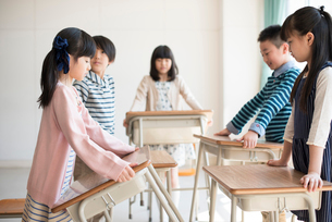 机を運ぶ小学生の写真素材 [FYI01955450]