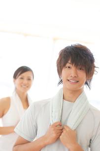 スポーツジムで微笑むカップルの写真素材 [FYI01955479]