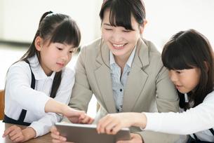 小学生にプログラミングの勉強を教える先生 ARの写真素材 [FYI01955530]
