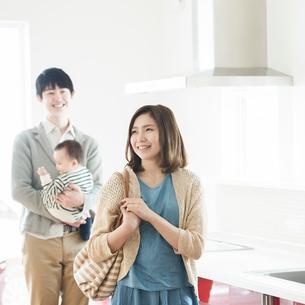 部屋の内見をする家族の写真素材 [FYI01955534]