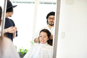 美容師にヘアセットをしてもらう女性の写真素材 [FYI01955548]