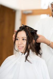 美容師にヘアセットをしてもらう女性の写真素材 [FYI01955552]