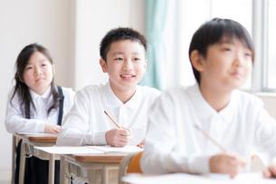 教室で授業を受ける小学生の写真素材 [FYI01955554]