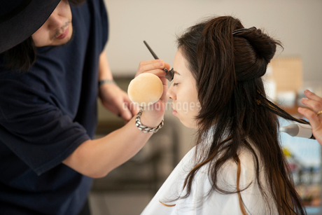 ヘアメイクをしてもらう女性の写真素材 [FYI01955564]