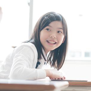 プログラミングの勉強をする小学生の写真素材 [FYI01955573]