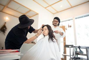 ヘアメイクをしてもらう女性の写真素材 [FYI01955586]