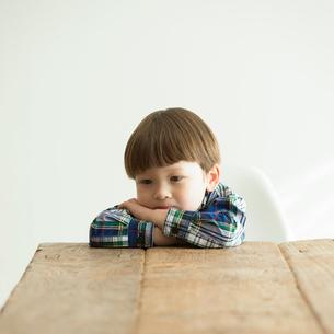 考え事をするハーフの男の子の写真素材 [FYI01955597]