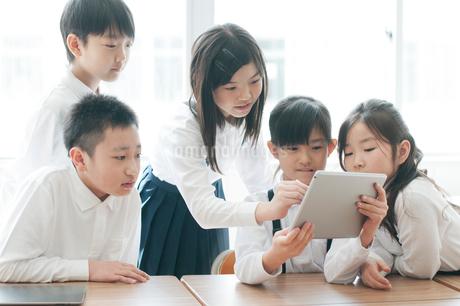 プログラミングの勉強をする小学生 ARの写真素材 [FYI01955601]