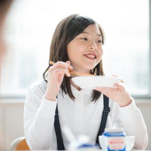 教室で給食を食べる小学生の写真素材 [FYI01955608]