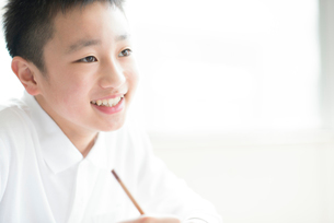 教室で授業を受ける小学生の写真素材 [FYI01955611]