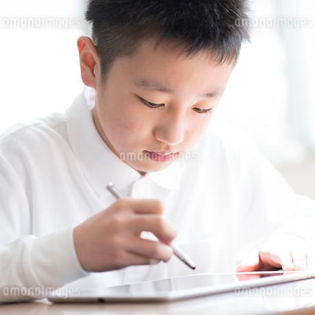 プログラミングの勉強をする小学生の写真素材 [FYI01955626]