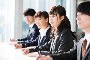 筆記試験を受けるビジネスマンとビジネスウーマンの写真素材 [FYI01955641]