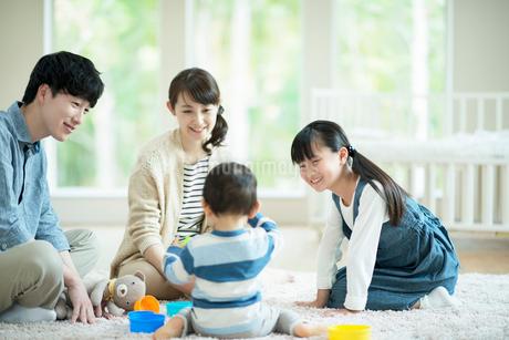 子供とおもちゃで遊ぶ両親の写真素材 [FYI01955662]