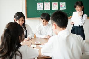 英語の勉強をする小学生の写真素材 [FYI01955668]