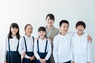 微笑む小学生と先生の写真素材 [FYI01955669]