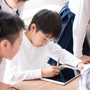 プログラミングの勉強をする小学生の写真素材 [FYI01955680]