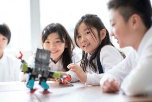 プログラミングの勉強をする小学生の写真素材 [FYI01955687]