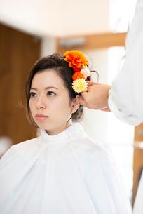 美容師にヘアセットをしてもらう女性の写真素材 [FYI01955692]
