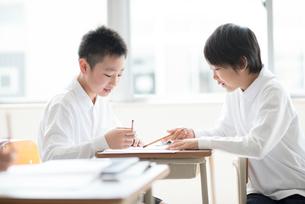 教室で勉強を教えあう小学生の写真素材 [FYI01955694]