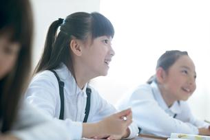 教室で授業を受ける小学生の写真素材 [FYI01955753]