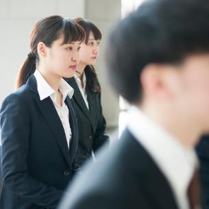 真剣な表情をするビジネスウーマンの写真素材 [FYI01955758]