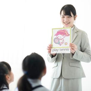 小学生に英語を教える先生の写真素材 [FYI01955763]