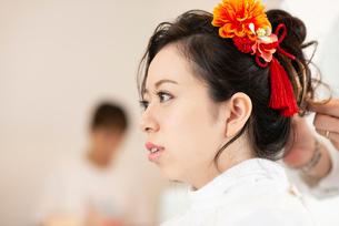 美容師にヘアセットをしてもらう女性の写真素材 [FYI01955781]