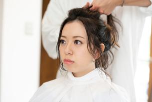 美容師にヘアセットをしてもらう女性の写真素材 [FYI01955835]