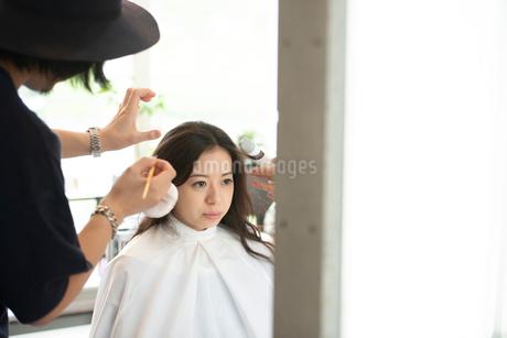 ヘアメイクをしてもらう女性の写真素材 [FYI01955838]