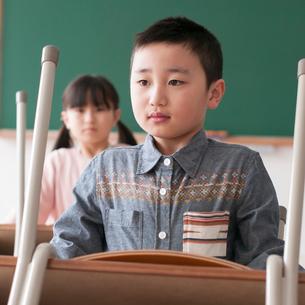 教室で机を運ぶ小学生の写真素材 [FYI01955841]