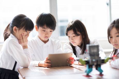 プログラミングの勉強をする小学生の写真素材 [FYI01955875]