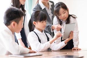 プログラミングの勉強をする小学生 ARの写真素材 [FYI01955884]