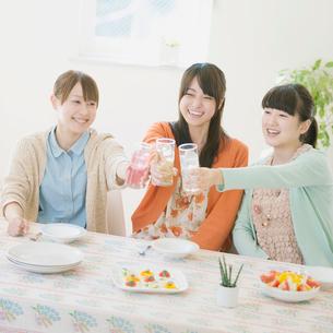 乾杯をする3人の女性の写真素材 [FYI01955906]