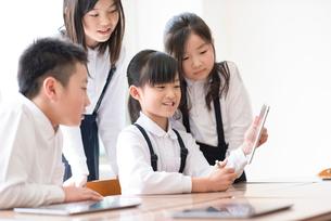プログラミングの勉強をする小学生 ARの写真素材 [FYI01955909]
