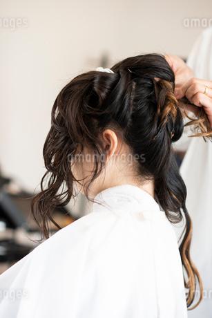 美容師にヘアセットをしてもらう女性の写真素材 [FYI01955921]