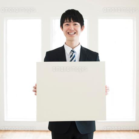 メッセージボードを持つビジネスマンの写真素材 [FYI01955932]