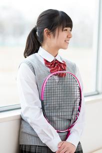 テニスラケットを持ち微笑む女子学生の写真素材 [FYI01955935]