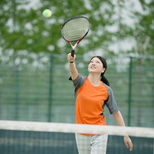 テニスをするミドル女性の写真素材 [FYI01955945]