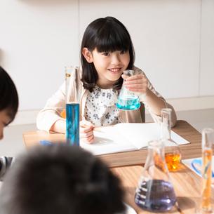 実験をする小学生の写真素材 [FYI01955946]
