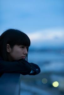 遠くを見つめる女子学生の写真素材 [FYI01955961]