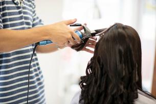 美容師にヘアセットをしてもらう女性の後姿の写真素材 [FYI01955964]