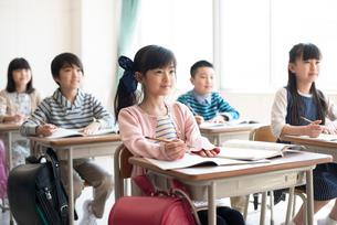 教室で授業を受ける小学生の写真素材 [FYI01955968]