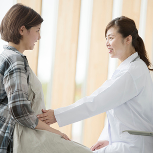 妊婦の診察をする女医の写真素材 [FYI01955977]