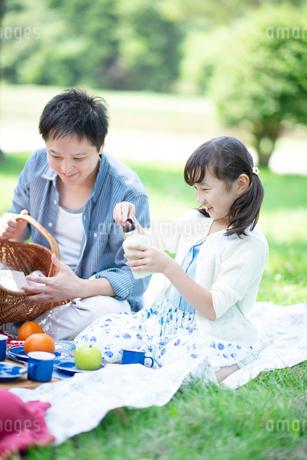 ピクニックをする親子の写真素材 [FYI01955983]