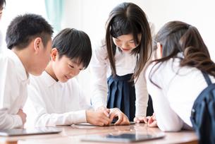 プログラミングの勉強をする小学生の写真素材 [FYI01955996]