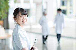微笑む看護師の写真素材 [FYI01955998]