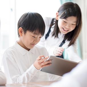 プログラミングの勉強をする小学生 ARの写真素材 [FYI01956045]