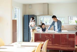 キッチンの内見をする家族の写真素材 [FYI01956060]