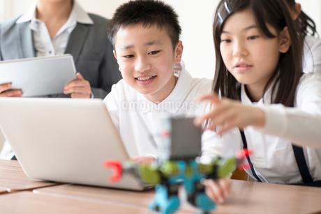 プログラミングの勉強をする小学生の写真素材 [FYI01956067]