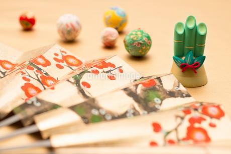 扇子と門松と手毬の写真素材 [FYI01956086]